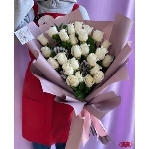 Купать букет из 25 белых роз с доставкой в Комсомольске-на-Амуре