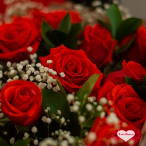 Купить букет «Волшебное облако» из 51 алой розы в Комсомольске-на-Амуре