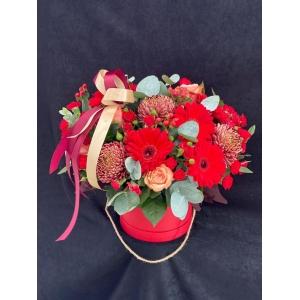 Купить коробку цветов «Багровый пик» с доставкой в Комсомольске-на-Амуре