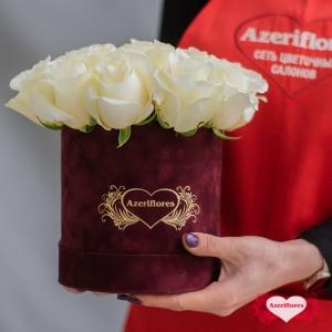 Корзина с белыми розами «Рафаелло» с доставкой в Комсомольске-на-Амуре