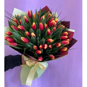 Купить охапку из 45 красных тюльпанов с доставкой в Комсомольске-на-Амуре