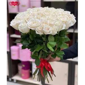 Купить охапку из 51 белой розы в Комсомольске-на-Амуре