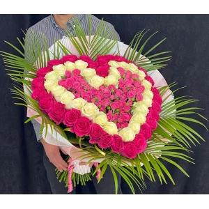 Купить охапку роз в виде сердца с доставкой в Комсомольске-на-Амуре