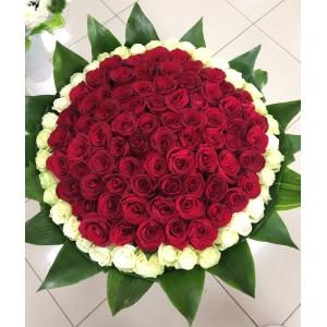 Купить охапку из 111 роз в Комсомольске-на-Амуре