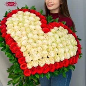 Купить охапку роз в виде сердца в Комсомольске-на-Амуре