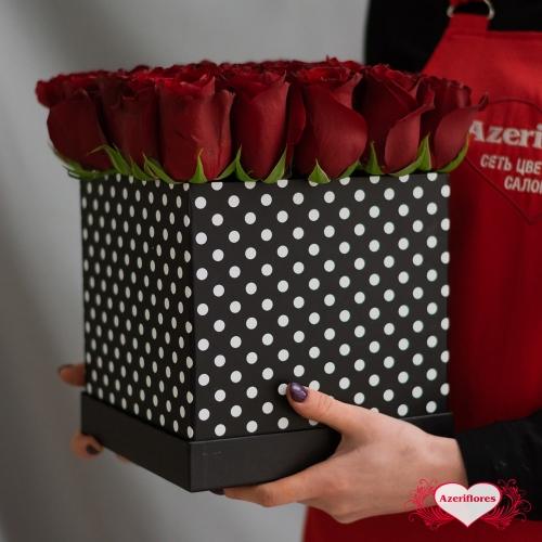 Коробка бордовых роз «Брют» с доставкой в Комсомольске-на-Амуре