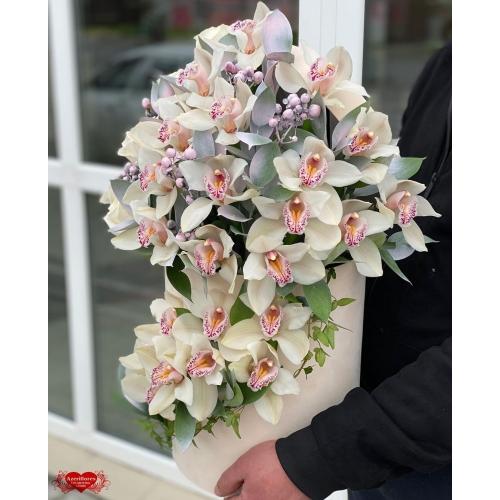 Купить коробку цветов «Белый бархат» с доставкой в Комсомольске-на-Амуре