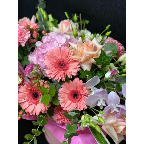 Купить коробку цветов «Любовь в Париже» с доставкой в Комсомольске-на-Амуре