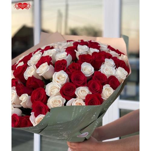 Купить охапку из 101 красных и белых роз с доставкой в Комсомольске-на-Амуре
