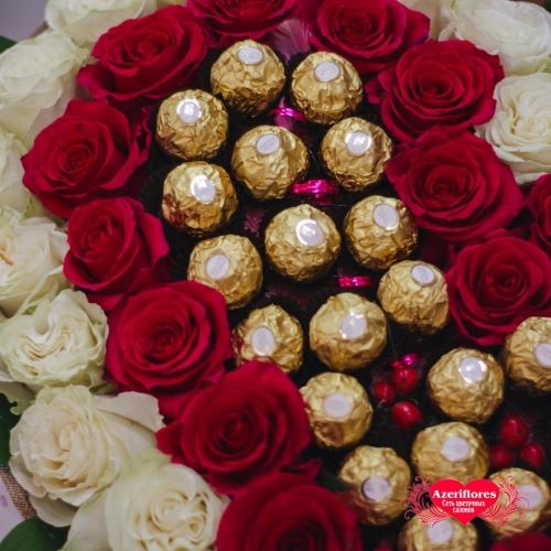 Купить охапку из 61 розы в виде сердца с шоколадом с доставкой в Комсомольске-на-Амуре